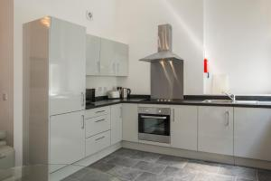 A kitchen or kitchenette at The Castle Collection 14 Cook Street