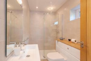 A bathroom at Porth Veor Manor Villas & Apartments