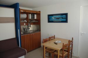 A kitchen or kitchenette at La Vigie Vacances