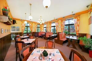 Ein Restaurant oder anderes Speiselokal in der Unterkunft Lucni Dum