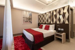 A bed or beds in a room at Harry's Bar Trevi Hotel & Restaurant