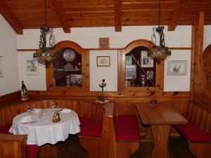 Ein Restaurant oder anderes Speiselokal in der Unterkunft Hotel Alpenblick