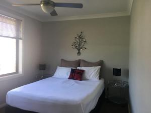 A bed or beds in a room at Sydney Amazing Holiday Home Bridal BnB
