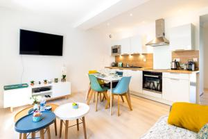 A kitchen or kitchenette at Saint-Malo With Love, Parking, Netflix, Wifi