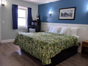 A bed or beds in a room at Colonial Inn
