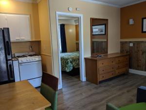 A kitchen or kitchenette at Colonial Inn
