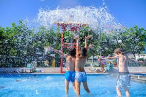 Het zwembad bij of vlak bij Camping Playa Canelas