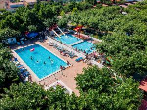 Uitzicht op het zwembad bij Camping Playa Canelas of in de buurt