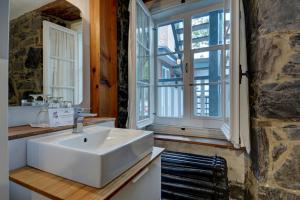 A bathroom at Hôtel Maison Ste-Ursule