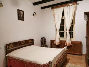 A bed or beds in a room at Conacul Kosca