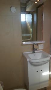 A bathroom at Le joyau hotel