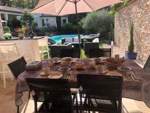 A restaurant or other place to eat at Le Clos de St Esprit