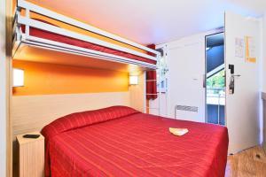 Een bed of bedden in een kamer bij Premiere Classe Lille Nord - Tourcoing