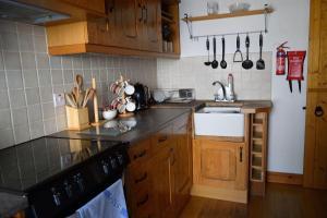 A kitchen or kitchenette at Engellie Cottage