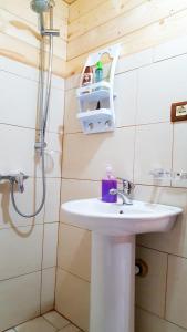 "A bathroom at Guesthouse ""Gjin Thana"""
