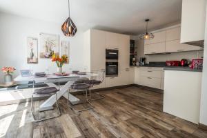 A kitchen or kitchenette at Moderne Souterrain-Wohnung