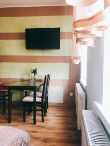 Telewizja i/lub zestaw kina domowego w obiekcie Apartament Przy Deptaku