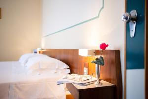 Кровать или кровати в номере Hotel Dolomiti