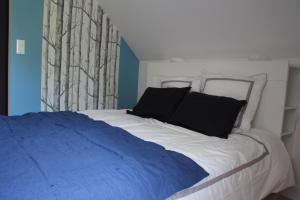 A bed or beds in a room at Beaumanoir