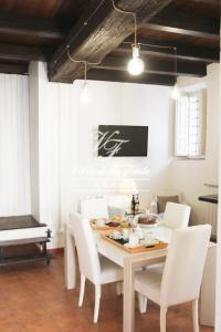 A restaurant or other place to eat at Villa della Fonte Apartment