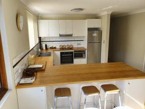A kitchen or kitchenette at Wallis View 13
