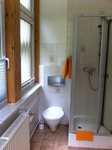 Ein Badezimmer in der Unterkunft Pension Tannenrausch