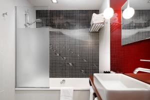 A bathroom at Wilson Boutique Hotel