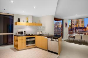 A kitchen or kitchenette at Melbourne Central - StayCentral
