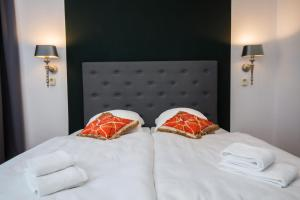A bed or beds in a room at Kleines Hotel Heimfeld
