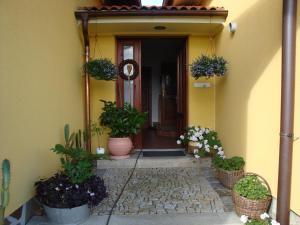 The facade or entrance of Apartmán Augsten