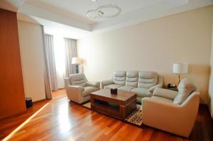 A seating area at Nagoya Hill Hotel Batam