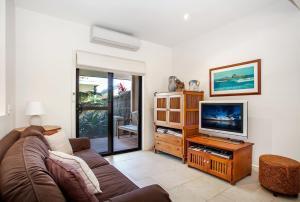 A seating area at Bayvilla 3 @ Belongil Beach