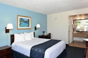 A bed or beds in a room at Americas Best Value Inn - Bradenton