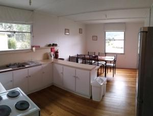 A kitchen or kitchenette at Tullah HideAway