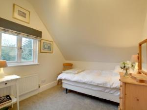 A bed or beds in a room at Holiday Home Orchard Cottage