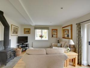 A seating area at Holiday Home Orchard Cottage
