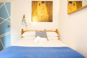 Cama o camas de una habitación en Tower Bridge Rainbow Suites