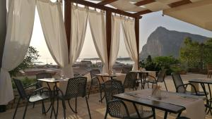 A restaurant or other place to eat at Albergo Auralba