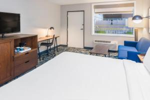 A television and/or entertainment centre at Four Points by Sheraton Eastham Cape Cod