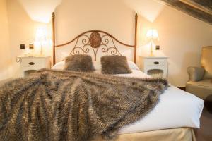 A bed or beds in a room at Hotel Casa del Marqués