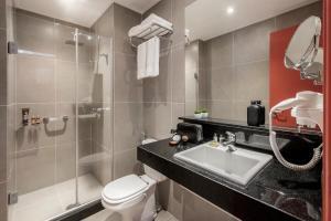 A bathroom at Intercity Porto Alegre