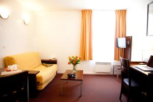 A seating area at Aparthotel Adagio Access Paris Saint-Denis Pleyel