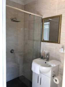A bathroom at Traveler's Affordable Studio Unit (Beverly Hills)