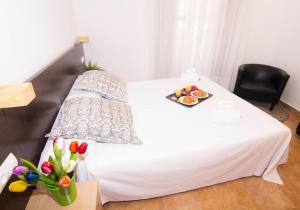 Un pat sau paturi într-o cameră la Living Valencia Apartments - Merced