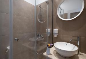 Ένα μπάνιο στο Nelly's Apartments