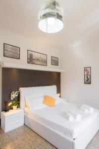 A bed or beds in a room at Appartamento San Pierino 1