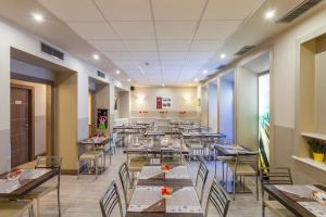 A restaurant or other place to eat at Best Quality Hotel Gran Mogol