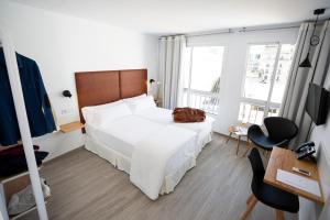 A bed or beds in a room at Basic Hotel Sevilla Catedral