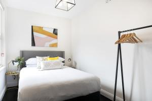 A bed or beds in a room at Splendid Designer Flat Walk to Harbour B. & Opera H
