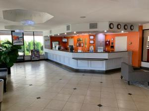 The lobby or reception area at Howard Johnson by Wyndham Reseda Hotel & Suites